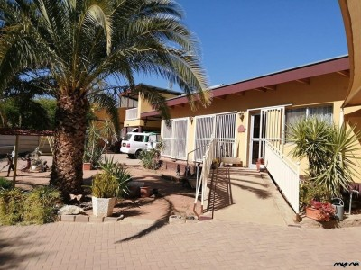 -PROPERTY-WITH-OPPORTUNITY-TO-WORK-FROM-HOME---HOUSE-WITH-2-FLATS-ON-ERF-1939-m2