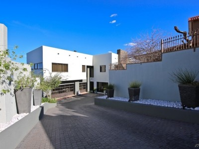 Residential-Luxurious-Entertainer's-Delight-in-Auasblick-